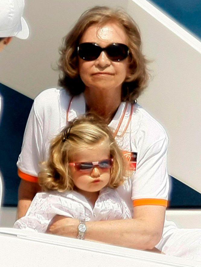 La reina Sofía junto a la infanta Leonor, durante el paseo que realizó por la bahía de Palma a bordo de la lancha 'Somni', para seguir el último día de regatas, agosto de 2008.