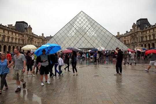 유리 피라미드는 처음엔 엄청난 비난을 받았지만 지금은 루브르박물관을 상징하는 작품이 됐다./사진=이서현
