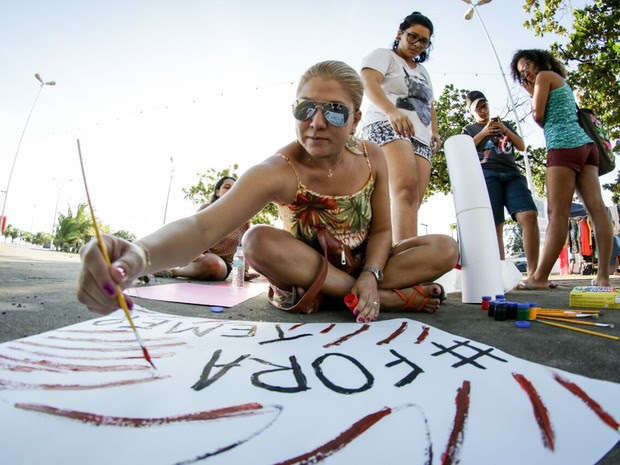 "Manifestante ecreve 'Fora Temer"" durante oficina de cartazes (Foto: Jonathan Lins/G1)"