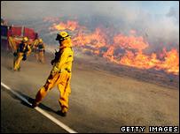 Bomberos durante los incendios de Buckweed en California, 22-10-2007
