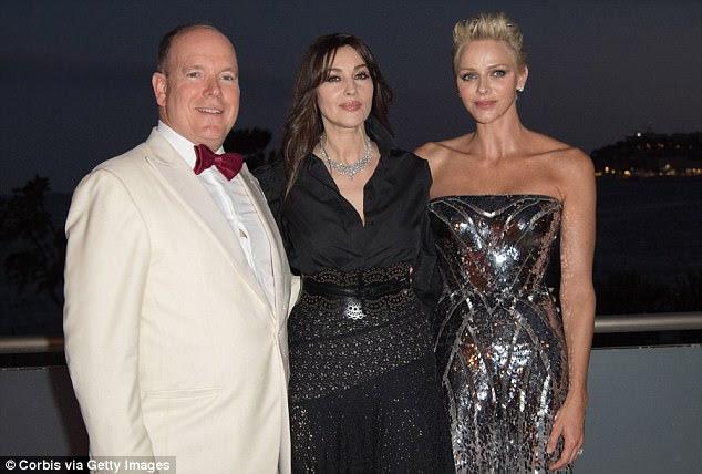 Câmera pronta: o Príncipe Alberto II de Mônaco e a Princesa Charlene de Mônaco colocaram com a estrela de cinema Monica Bellucci
