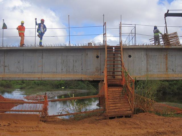 Ponte em construção em uma estrada à entrada da cidade de Altamira, na Amazônia brasileira. O atraso na obra impede a reurbanização das partes baixas da cidade, que serão parcialmente inundadas pela represa da hidrelétrica de Belo Monte. Foto: Mario Osava/IPS