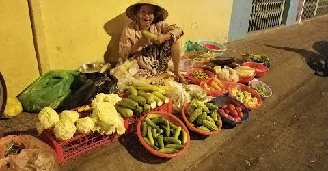 Cuộc đời cơ cực của Bà Cụ hơn 70 tuổi bán rau củ mưu sinh giữa đêm khuya