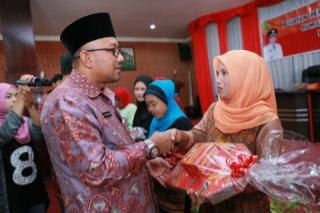 Walikota Tanjungpinang salami peserta pelatihan kube