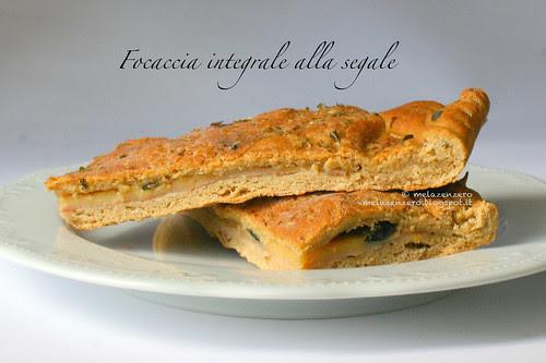 Focaccia integrale alla segale con prosciutto formaggio e olive