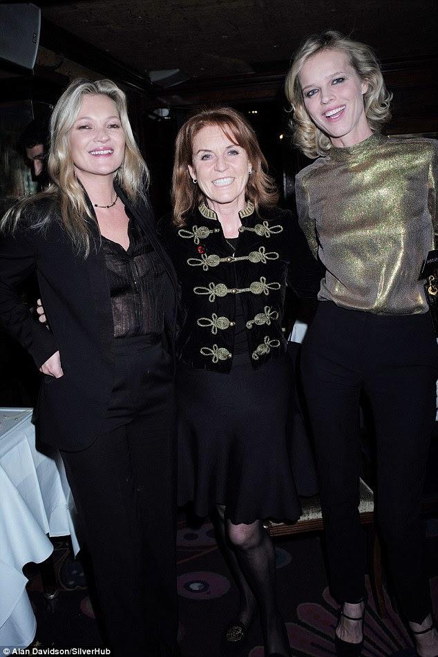 Moda e realeza: O modelo tinha sido na empresa real no evento, como ela foi vista sorrindo e conversando com a duquesa de York, Sarah Ferguson