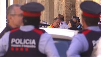 Mossos d'esquadra davant la casa on hi va haver el crim a Sant Feliu de Llobregat