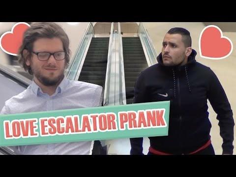 Pranque : coup de foudre entre hommes en escalator / Love escalator pran...