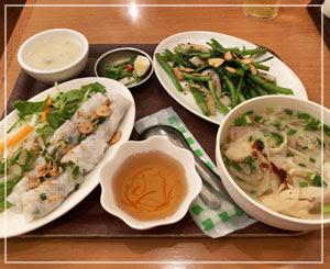 早めの夕飯は地元のベトナム料理屋さんで。