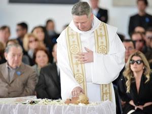 'Ela era uma mãe para mim', disse o padre Marcelo Rossi neste domingo (30), antes de rezar missa de corpo presente para Hebe (Foto: Leo Martins/Frame/Folhapress)