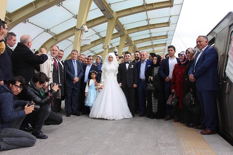 Πρώτο ζευγάρι δέσετε τον κόμβο στο σταθμό του μετρό της Κωνσταντινούπολης