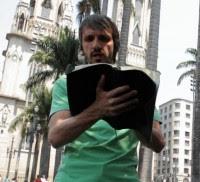 """""""No Mundo dos Evangélicos"""": Em programa de TV, jornalista busca consultoria para abrir igreja e """"viver de dízimos"""". Assista"""
