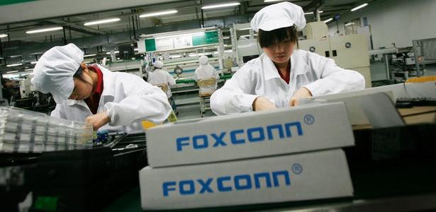 Trabalhadores em fábrica da empresa Foxconn na China; empresa é suspeita de abusar de funcionários
