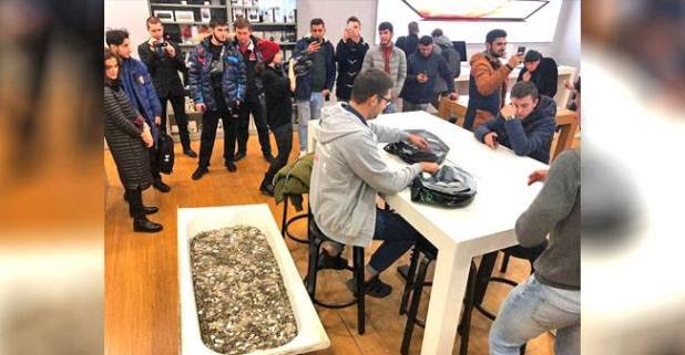 Russian man plays a huge prank, buys iPhone by paying a bathtub filled with coins