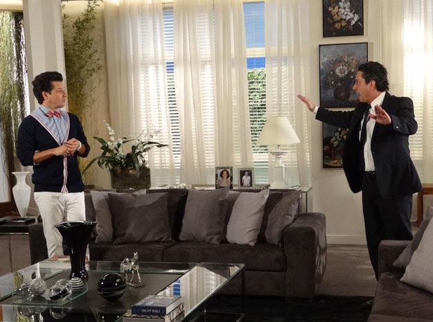 Crô sobe as escadas correndo e Baltazar solta: 'Ai se eu te pego' (Foto: Fina Estampa / TV Globo)