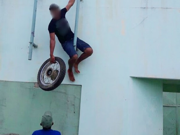 Adolescentes esconderam peças de motos em ginásio de escola (Foto: Divulgação/Polícia Civil)