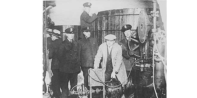 Policía de Detroit inspeccionando durante la Ley Seca