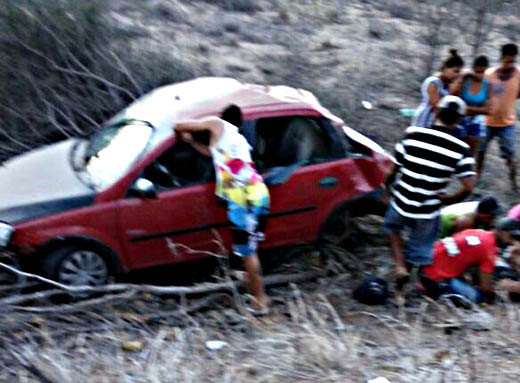 Carro capotou após uma das rodas traseiras se soltar | Foto: Leitor do Notícias de Santaluz
