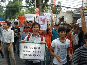 http://www.rfa.org/vietnamese/in_depth/anti-china-demonstration-update-mlam-06052011115102.html/protest-against-china-06052011-3-305.jpg
