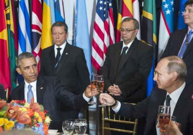 http://img.20mn.fr/pC5HJoM7SViQWA0FMVVH4w/2048x1536-fit_le_president_americain_barack_obama_trinque_avec_son_homologue_russe_vladimir_poutine_lors_d_un_dejeuner_organise_par_le_secretaire_general_de_l_onu_le_28_septembre_2015_au_siege_new_yorkais_de_l_organisation.jpg