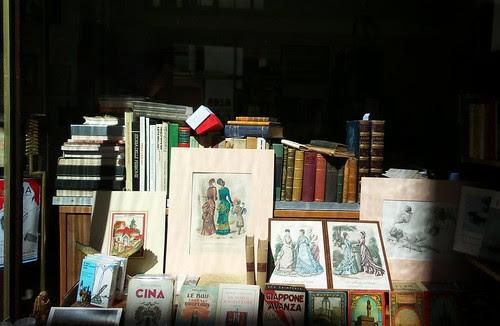La luce del sole sui #libri in #vetrina by Ylbert Durishti