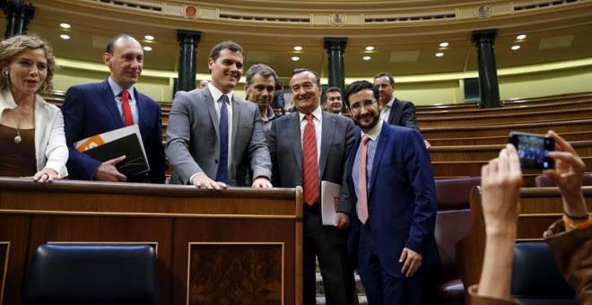 El líder de Ciudadanos, Albert Rivera (3i), posa con diputados de su grupo durante el pleno del Congreso de hoy, sesión que será la última, ya que el próximo martes las Cortes se disolverán ante la convocatoria de nuevas elecciones. EFE/J.J.Guillén