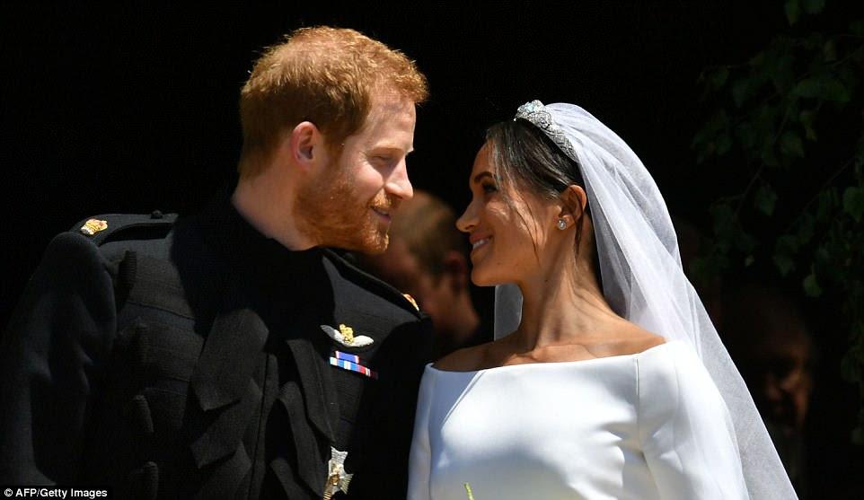 Harry y Meghan sonrieron y se inclinaron para besarse mientras salían de la Puerta Oeste de la Capilla de San Jorge