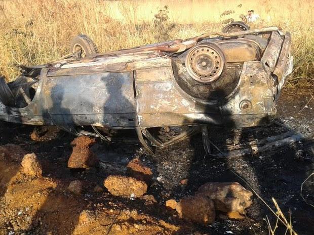 Carro é consumido por fogo depois de capotar com quatro pessoas abordo em Ariquemes (Foto: Franciele do Vale/Rede Amazônica)