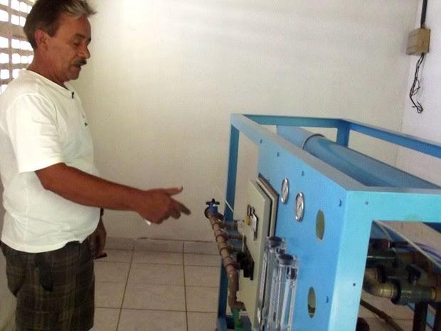 Ozawa Brasil mostra dessalinizador que a prefeitura de Ipueira, RN, ganhou para tratar a água que é servida à população    (Foto: Anderson Barbosa/G1)
