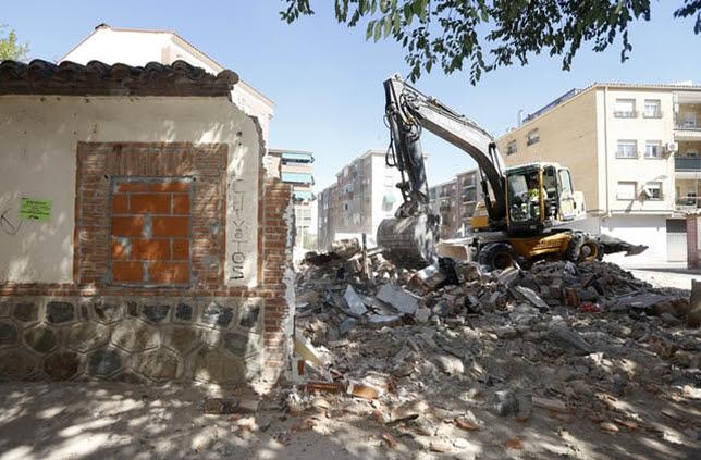 Las máquinas derribaron seis casas de la calle Beneficiencia. Víctor Ballesteros
