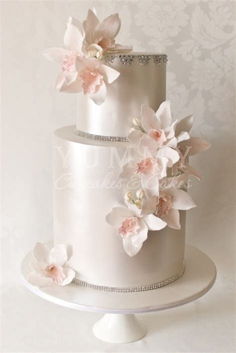 Incredibly elegant wedding cake design with pearlized