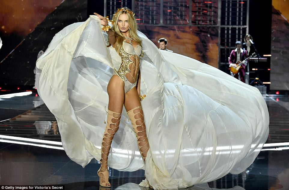 Causando uma tempestade: Angel Romee Strijd garantiu que todos os olhos estariam nela enquanto ela acenava com a saia de creme ondulante no ar, enquanto se pavoneava pela pista em seu conjunto de creme sexy