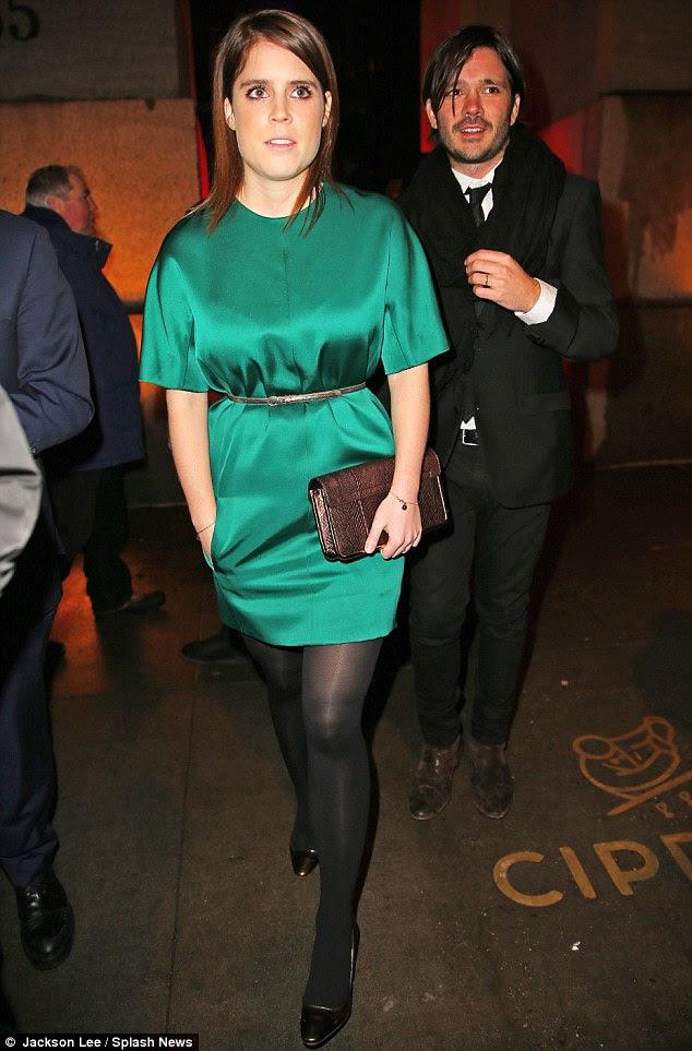 Brilhar como um real!  Princesa Eugenie empolgou em um vestido de cetim verde mudança na gala AmfAR em Nova York na quarta-feira à noite, que ela se uniu com um par de saltos pretos