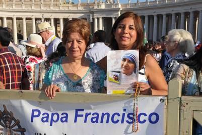 Las argentinas María Serpa de Domiguez y  su hija Diana Dominguez durante la canonización en la Plaza San Pedro ( Víctor Sokolowicz)