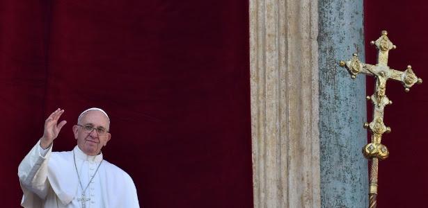 Papa chega à sacada da Basílica de São Pedro para a tradicional mensagem de Natal