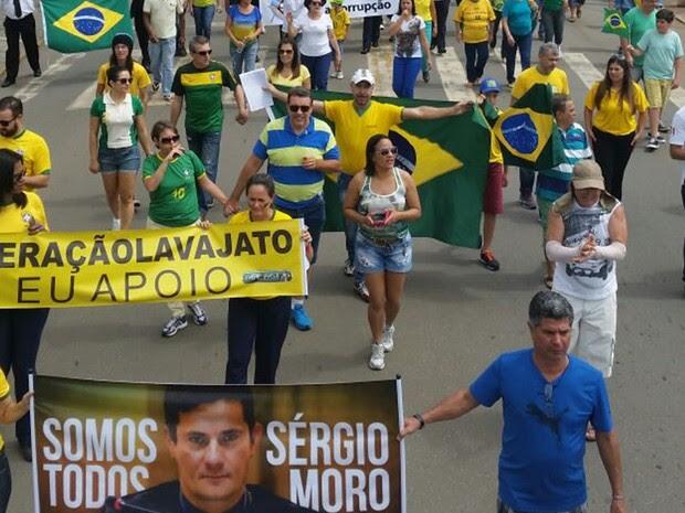 GOIÁS: Manifestantes carregam cartazes em apoio ao juiz Sérgio Moro, que conduz as investigações da Lava Jato (Foto: Diego Matos/TV Anhanguera)