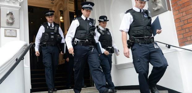 Maior parte dos policiais britânicos não usa armas; modelo teria dificuldades de ser implantado no Brasil (Foto: EPA)