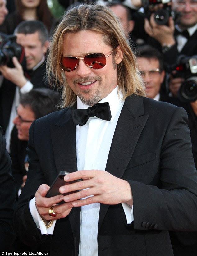Mais quente de Hollywood: Brad Pitt parece sem esforço legal na pré-estréia de cinema de Cannes por matá-los Softly