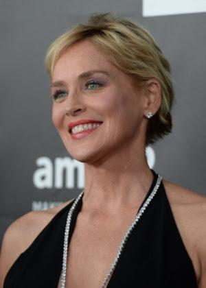 A atriz Sharon Stone parece ser bem mais nova que uma pessoa na casa dos 60 anos