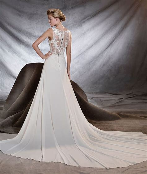 Suggestive gauze wedding dress with a low waist and a