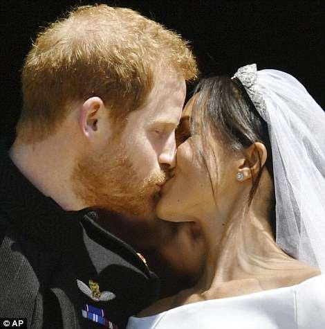 El beso de Meghan y Harry desató grandes vítores de la gente que estaba fuera de la capilla y de los 100,000 que miraban en las calles de Windsor