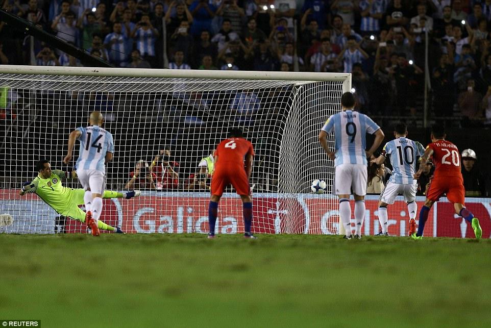 La pena batida fue enviado a la esquina inferior derecha como el Manchester City portero Bravo fue enviado por el camino equivocado