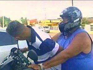 Policial levou o cunhado algemado na própria moto (Foto: TV Diário/Reprodução)