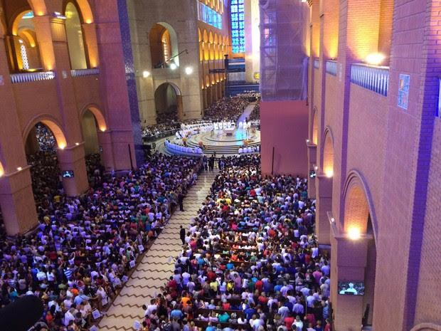 Multidão se reuniu para assistir a missa na manhã desta segunda-feira (12) no Santuário de Aparecida (Foto: Carlos Santos/G1)