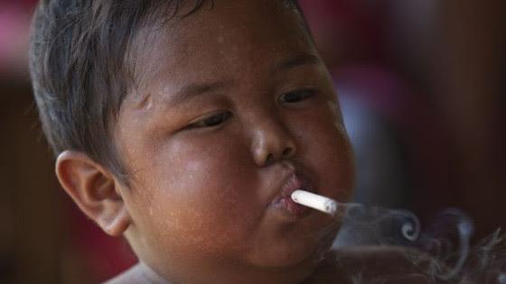 """Résultat de recherche d'images pour """"Mais qu'est devenu le petit enfant qui fumait 40 cigarettes par jour ?"""""""