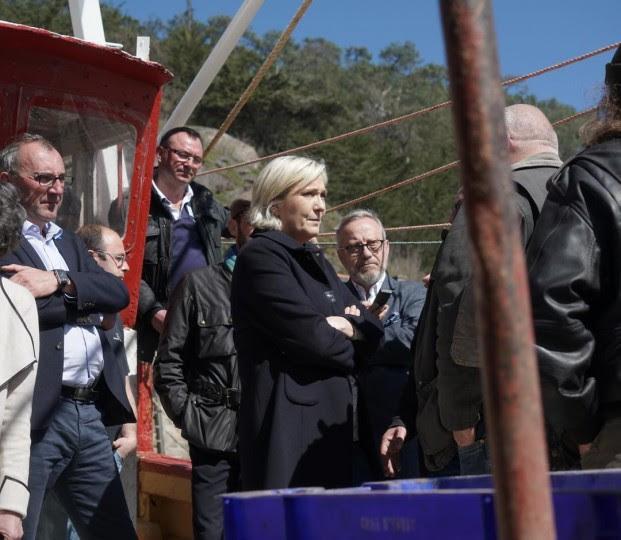 <p>Marine Le Pen conversa con un grupo de pescadores el pasado 31 de marzo en la localidad bretona de Erquy.</p>