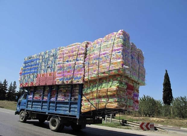 Em 31 de agosto de 2010, um caminhão foi flagrado transportando uma carga maior do que o próprio veículo em uma auto-estrada próximo a Argel, na Argélia. (Foto: Zohra Bensemra/Reuters)