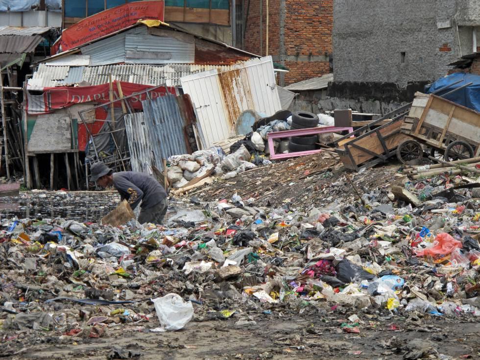 Un hombre buscando entre la basura en Yakarta (Indonesia).