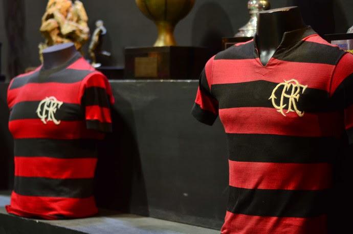 Com as novas cores, o Flamengo conquistou títulos expressivos. No detalhe, a camisa de Doval  (Foto: Matheus Frigols / GloboEsporte.com)