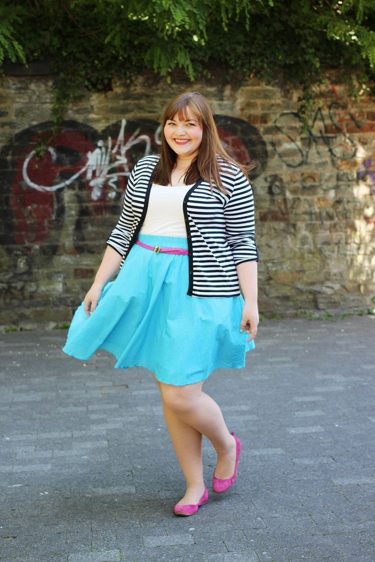 kathastrophal.de | Plus Size outfit for spring/summer with a blue circle skirt, pink accessories and a striped cardigan #plussize #fatshion #psbloggers